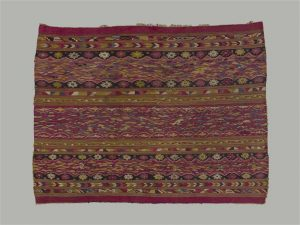 """Woman's mantle made of woollen tapestry, called """"Iliccla"""", worn over the shoulders and attached in the front with a silver pin called """"t'ipqui"""", Cuzco, 18th century. Paris, musée du Quai Branly-Jacques Chirac, Inv. 71.1957.14.1"""